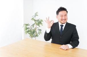 OKサインをするビジネスマンの写真素材 [FYI04708750]