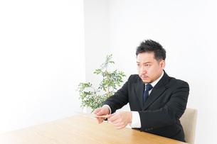 書類を提出するビジネスマンの写真素材 [FYI04708762]