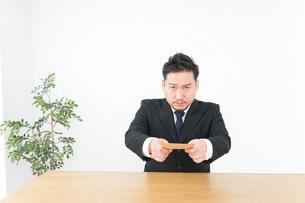 書類を提出するビジネスマンの写真素材 [FYI04708766]