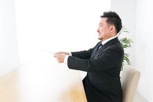 書類を提出するビジネスマンの写真素材 [FYI04708767]