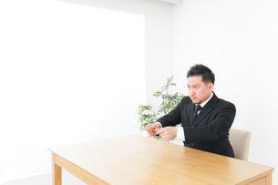 書類を提出するビジネスマンの写真素材 [FYI04708768]