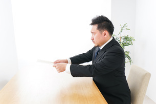 書類を提出するビジネスマンの写真素材 [FYI04708769]