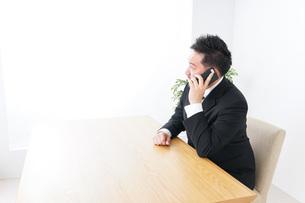 オフィスで電話をするビジネスマンの写真素材 [FYI04708775]