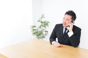 電話するビジネスパーソンの写真素材 [FYI04708780]