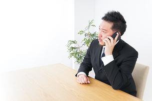 電話するビジネスパーソンの写真素材 [FYI04708782]