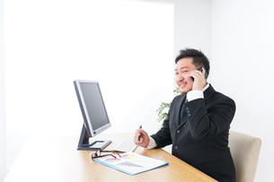 電話するビジネスパーソンの写真素材 [FYI04708789]