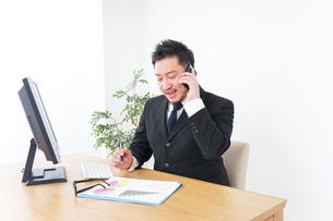 電話するビジネスパーソンの写真素材 [FYI04708793]