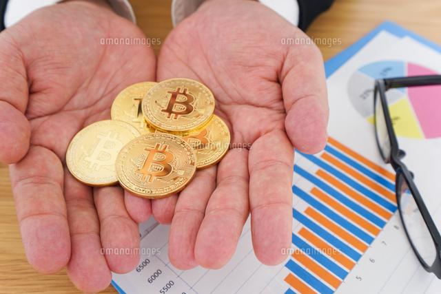 仮想通貨とビジネスパーソンの写真素材 [FYI04708797]