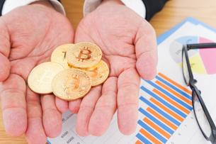 ビットコイン・仮想通貨取引の写真素材 [FYI04708798]