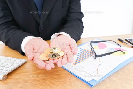 ビットコイン・仮想通貨取引の写真素材 [FYI04708799]