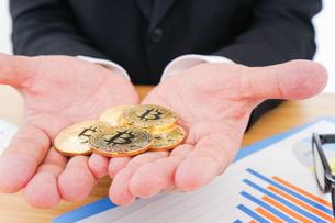 ビットコイン・仮想通貨取引の写真素材 [FYI04708802]