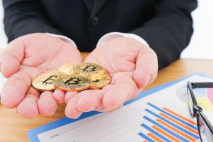 ビットコイン・仮想通貨取引の写真素材 [FYI04708803]