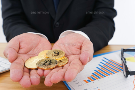 仮想通貨とビジネスパーソンの写真素材 [FYI04708804]
