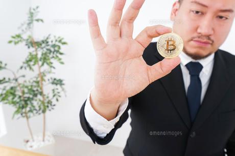 仮想通貨とビジネスパーソンの写真素材 [FYI04708805]