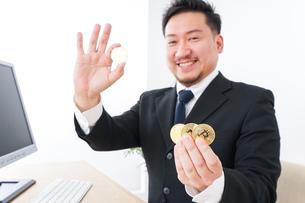 仮想通貨とビジネスパーソンの写真素材 [FYI04708815]
