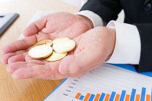 ビットコイン・仮想通貨取引の写真素材 [FYI04708816]