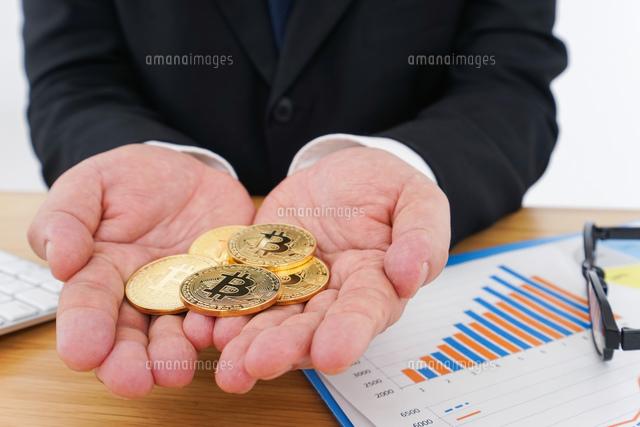仮想通貨とビジネスパーソンの写真素材 [FYI04708817]