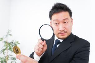 仮想通貨とビジネスパーソンの写真素材 [FYI04708821]