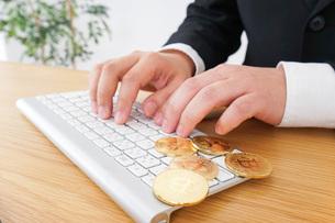 仮想通貨・ビットコインで稼ぐ男性の写真素材 [FYI04708823]