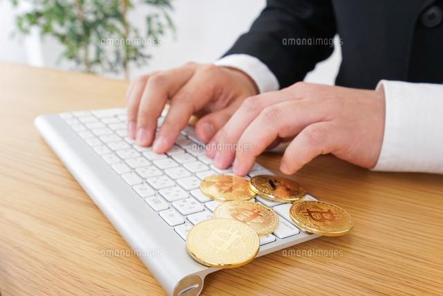 仮想通貨とビジネスパーソンの写真素材 [FYI04708824]
