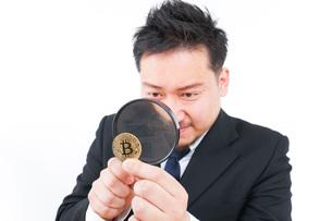 仮想通貨を調べるビジネスマンの写真素材 [FYI04708825]