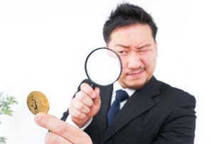 仮想通貨を調べるビジネスマンの写真素材 [FYI04708826]