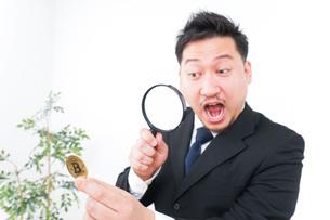 仮想通貨を調べるビジネスマンの写真素材 [FYI04708830]