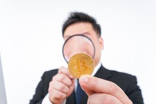 仮想通貨とビジネスパーソンの写真素材 [FYI04708833]