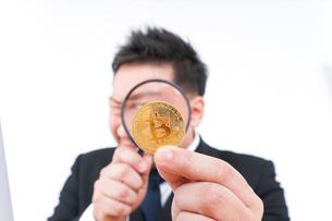 仮想通貨を調べるビジネスマンの写真素材 [FYI04708834]