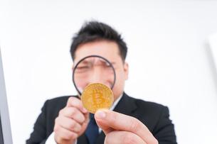 仮想通貨とビジネスパーソンの写真素材 [FYI04708836]