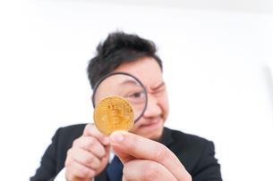 仮想通貨を調べるビジネスマンの写真素材 [FYI04708837]