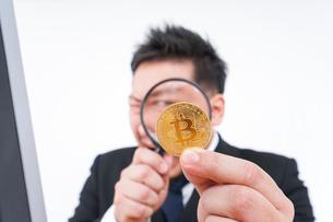 仮想通貨とビジネスパーソンの写真素材 [FYI04708838]