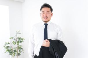 出張に行くビジネスマンの写真素材 [FYI04708848]