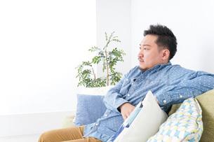 家でリラックスをする男性の写真素材 [FYI04708853]