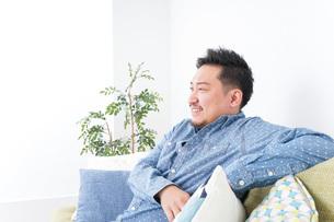 家でリラックスをする男性の写真素材 [FYI04708855]