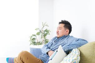 家でリラックスをする男性の写真素材 [FYI04708857]