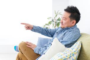 家でリラックスをする男性の写真素材 [FYI04708861]