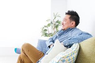 家でリラックスをする男性の写真素材 [FYI04708862]