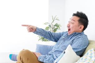 家でリラックスをする男性の写真素材 [FYI04708865]
