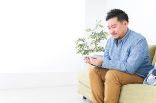 家で勉強する男性の写真素材 [FYI04708885]