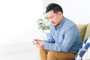 家で勉強する男性の写真素材 [FYI04708892]