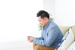 家で勉強する男性の写真素材 [FYI04708898]