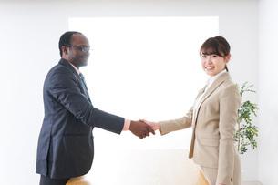 握手するビジネスパーソンの写真素材 [FYI04708904]