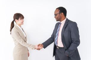 握手するビジネスパーソンの写真素材 [FYI04708917]