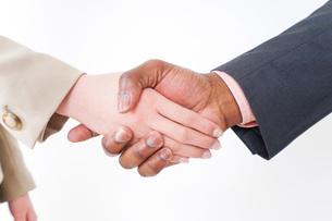 握手するビジネスパーソンの写真素材 [FYI04708919]