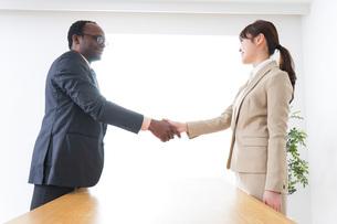 握手するビジネスパーソンの写真素材 [FYI04708920]