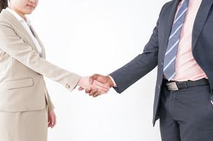 握手するビジネスパーソンの写真素材 [FYI04708922]