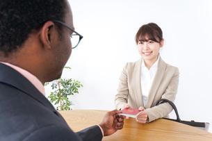 入国審査中の男女の写真素材 [FYI04708931]