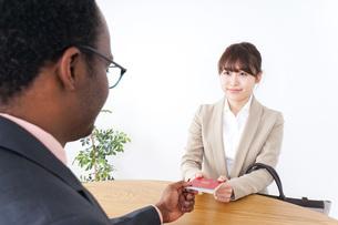 入国審査中の男女の写真素材 [FYI04708932]