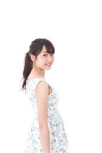 笑顔の若い美人女性の写真素材 [FYI04709060]